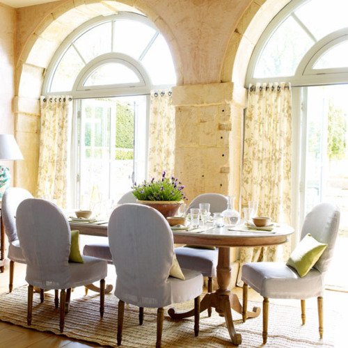 Cramped Here Are Some Oval Shaped Tables In Pretty Dining Room