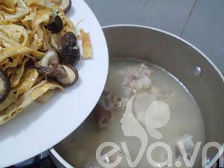 Món ngon ngày tết : Canh măng hầm móng giò
