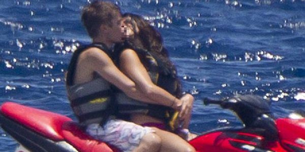 selena gomez and justin bieber kissing at the beach. justin bieber selena gomez
