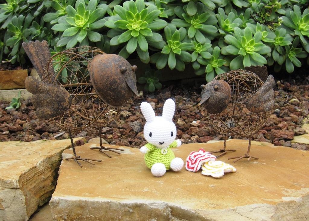Conejito estilo Miffy en el jardín