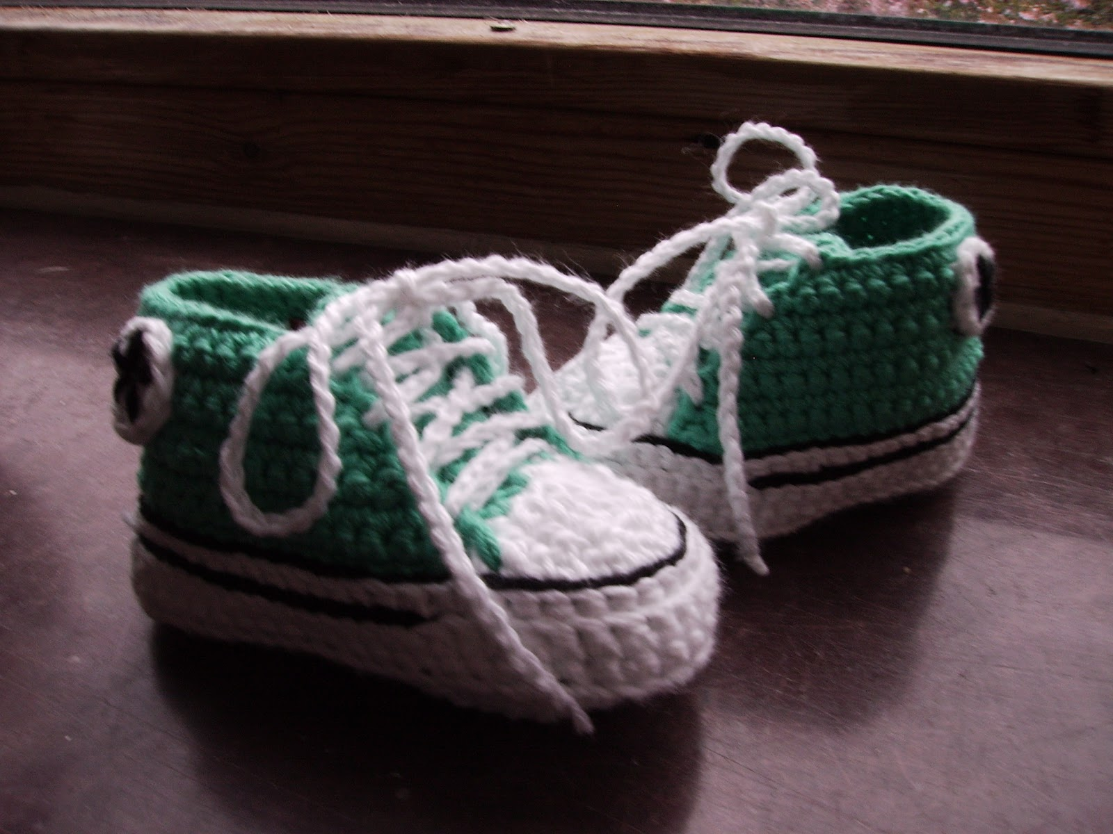 Crochet Baby Converse Shoes Pattern : Anjas h?klerier: Baby converse shoes