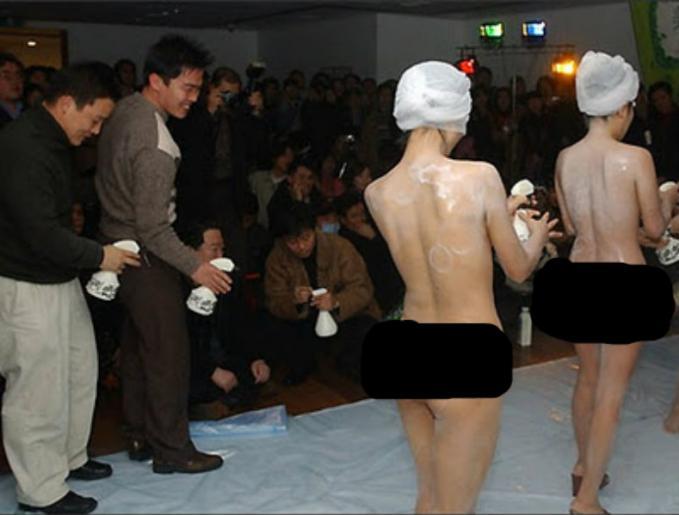 Spg Di China Promosikan Sabun Sambil Mandi Telanjang Bulat Di Depan Umum