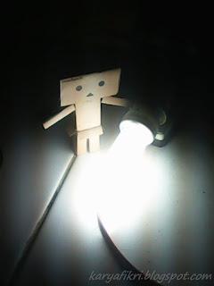 Danbo Menghidupkan lampu