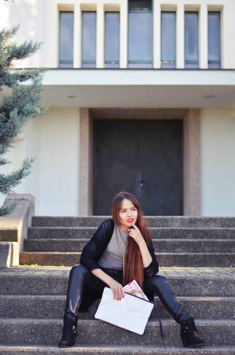 Lederhose_Outfit_Crop_Top_schwarz_lange_Haae_kombinieren_Clutch_österreichische_Blogger_ViktoriaSarina