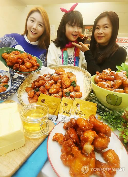 Modelos promocionando pollo frito coreano con miel y mantequilla