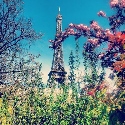 Eifelturm Paris - Rückansicht im Frühling