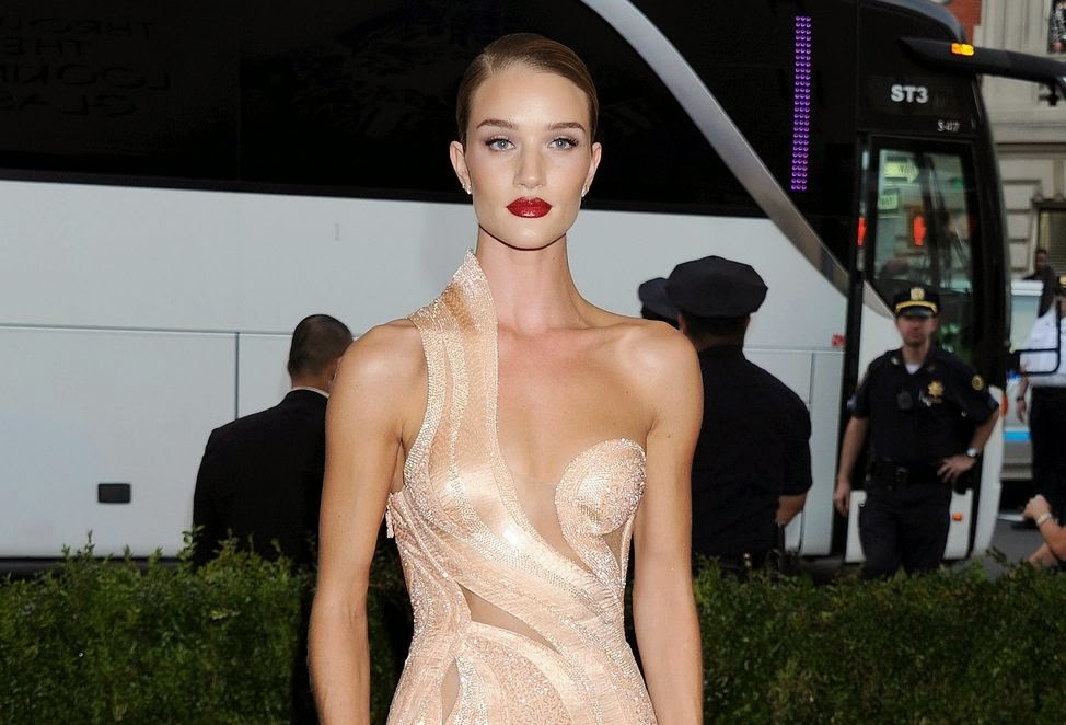 Rosie Huntington Whiteley shows off skin in Versace at the 2015 Met Gala