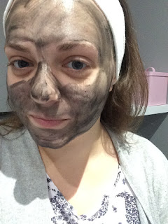 """Photo of blogger """"theothervw"""" with carbon paste for carbon laser toning for enliven skincare"""