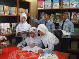 para siswa membaca buku diperpustakaan