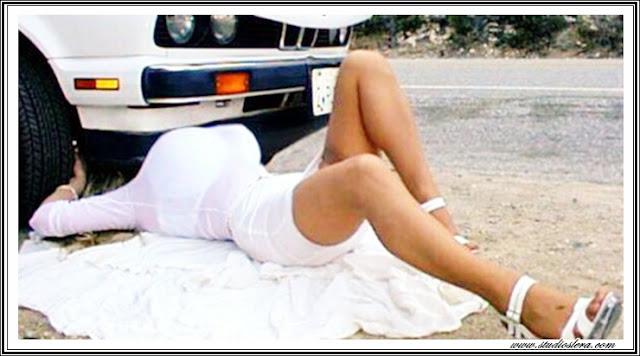 mujer debajo de coche