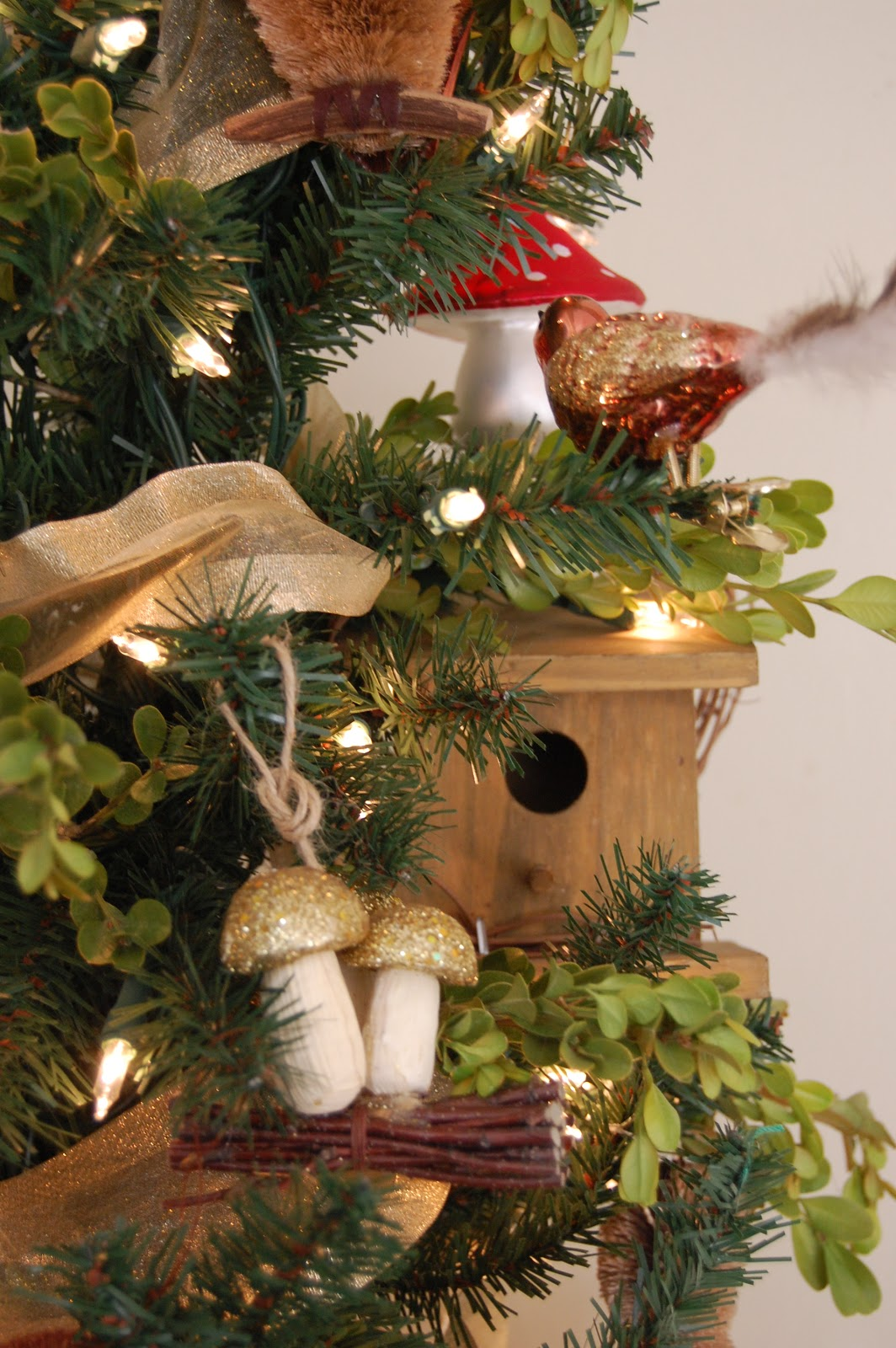 Love and life at leadora a woodland christmas tree for Animals decoration