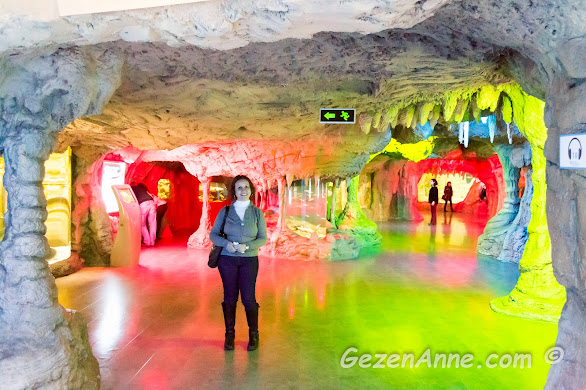 sualtı mağarası şeklinde yapılmış olan Akdeniz bölümünde dolaşırken