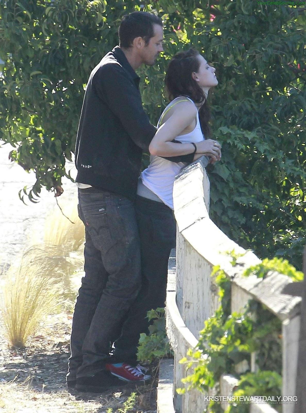 http://4.bp.blogspot.com/-4SKL4Ex-ok4/UB6p6wAJd5I/AAAAAAAACEY/Qcn00odfDm4/s1600/Kristen-Stewart-Rupert-Sanders-Hugging-Love-8.jpg
