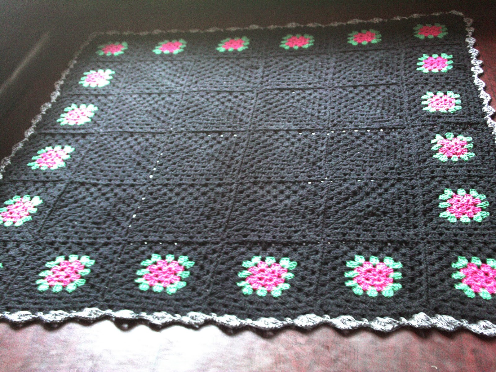 Tapete De Croche Para Sala Quadrado Com Grafico A Parte Do Meio Do  -> Tapetes De Croche Para Sala
