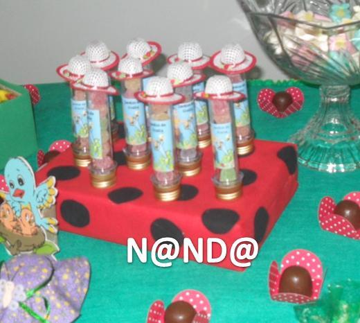 enfeites para jardim reciclados:potinhos de várias cores mas com a mesma estampa de tecido