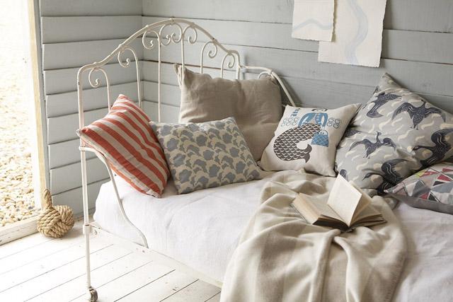 decoracion  interior en un pequeño refugio -cama sofa antigua