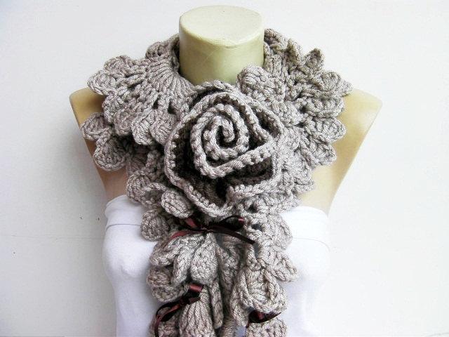 coser para que no se desbarate y colar del lado izquierdo de la bufanda con el otro extremo de la bufanda en el centro de un anilla utilizar como ojal.