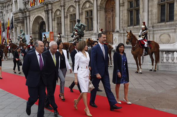"King Felipe VI and Queen Letizia of Spain attends a ceremony inaugurating the ""Combattants de la Nueve"" parc at Hotel de Ville (Town Hall)"