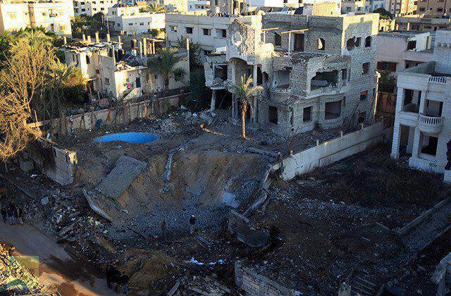 Bomba israleense abre cratera em Gaza