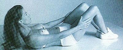 Ćwiczenia na płaski brzuch bez przyrządów. Stopniowe spinanie brzucha.