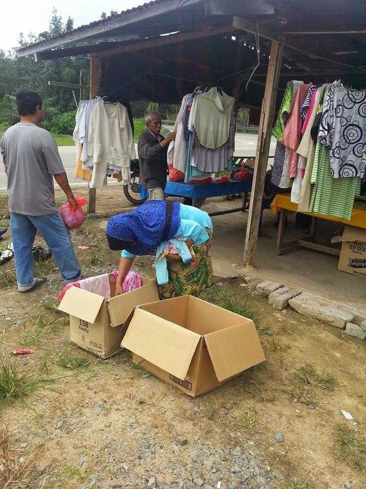 Teknik bagi baju kepada mangsa banjir supaya baju yang diberi tidak dibakar