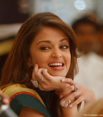 aishwarya_rai_smiling_FilmyFun.blogspot.com