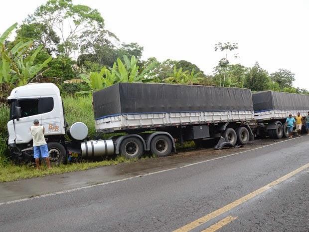 Carreta carregada de café saiu do Espírito Santo para fazer entrega na Bahia (Foto: Oziel Aragão/Plantão Itabuna)