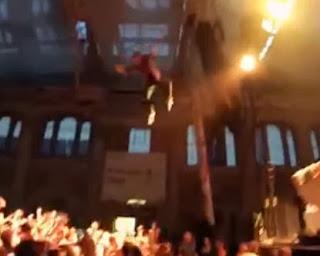 El Rapero George Watsky Salta desde 12 metros del escenario y parte el brazo a una fan