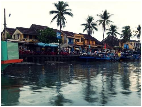 ボートがゆっくりトゥボン川をすすむ
