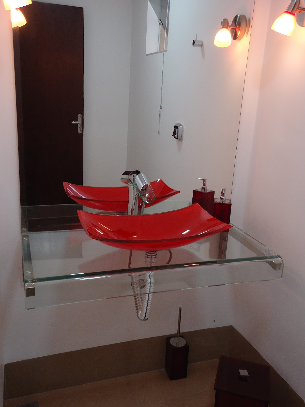 é a lindíssima cuba de vidro vermelha colocada sobre uma bancada  #7F2828 1200x1600 Banheiro Com Bancada Branca