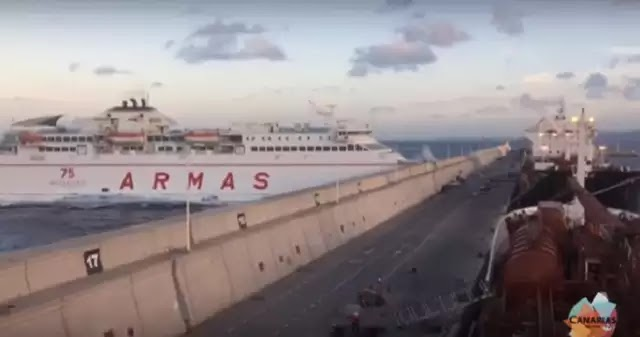 Απίστευτο! Πλοίο καρφώθηκε σε λιμενοβραχίωνα στα Κανάρια Νησιά [vid]