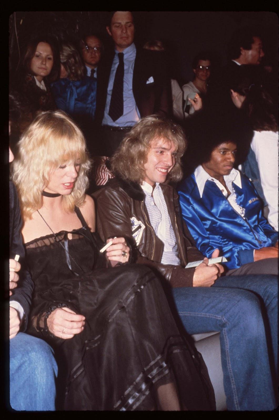 http://4.bp.blogspot.com/-4VqxR1gktRk/T9qHXhtsFyI/AAAAAAAAIZI/Fw9vU6DVl3w/s1600/Michael+Jackson+Attending+an+event+with+singer+Peter+Frampton+and+Penny+McCall+in+NYC+1979.jpg