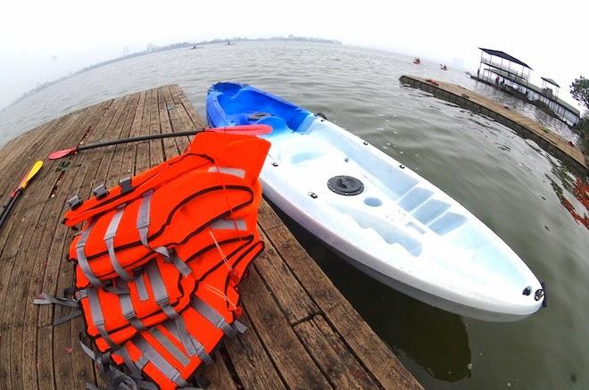 chèo thuyền kayak trên hồ tây