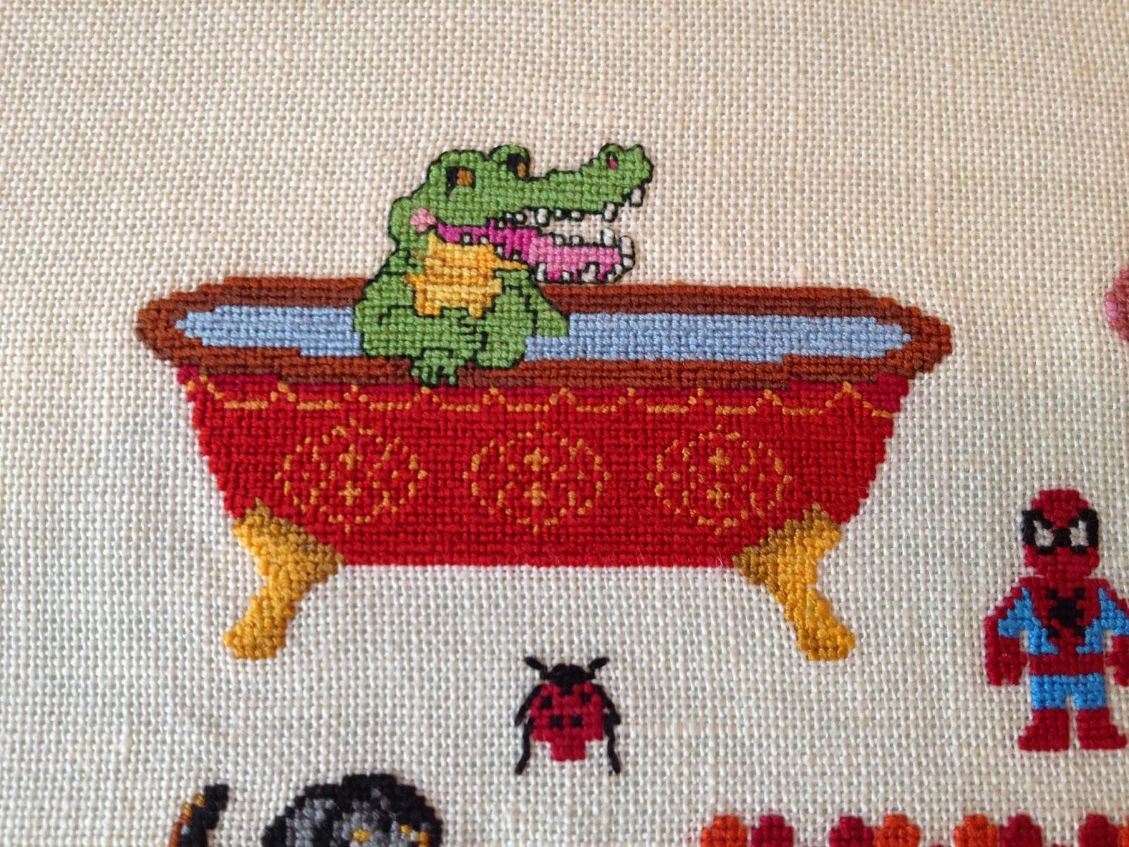 Krokodille i et badekar. Spidermand, Mariehøne. Navnebroderi i korssting. Navneklud. Fødselsbroderi.