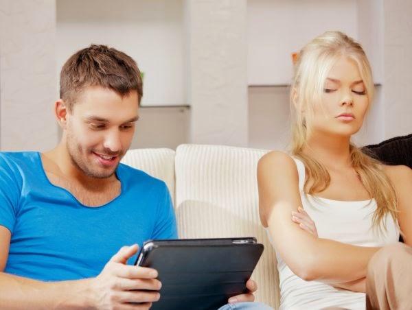 مشاعر الغيرة الزائدة عن الحد - امرأة تغير رجل يهمل زوجته مشغول - busy man jealousy jealous woman
