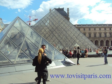 the Pyramide du Louvre