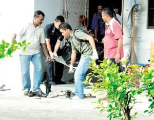 polis mengangkat mayat Norjaniaty Mohamad Isa yang mati dibunuh
