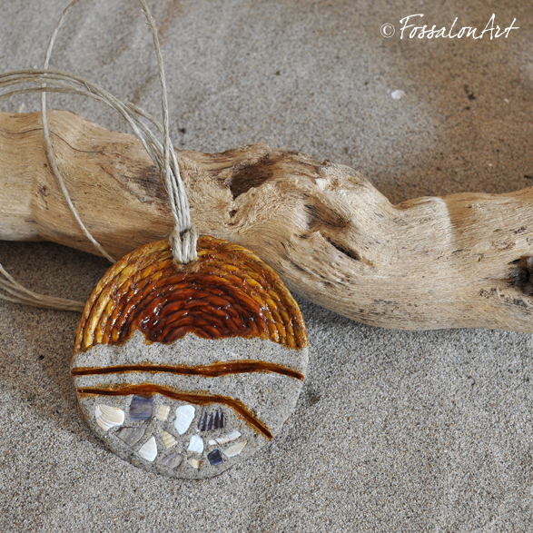 Ciondolo in corda, con sabbia, gommalacca e frammenti di conchiglie