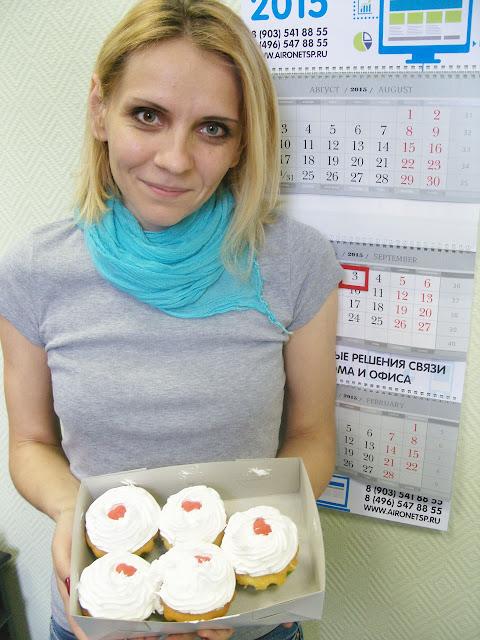 Олеся Дольникова с вкуснейшими пирожными Юлии Александровны, которые помогают спасать жизнь.
