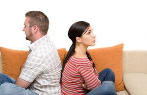 نصائح للتغلب على وكسر ملل الحياة الزوجية - رجل وامرأة يكرهان بعض - فشل الحياة الزوجية - bored man and woman