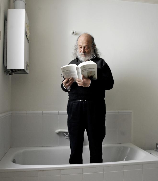 Andrés Sorel, fotografiado leyendo a Gombrowicz en 2006. Fotografía: Ricardo Cases