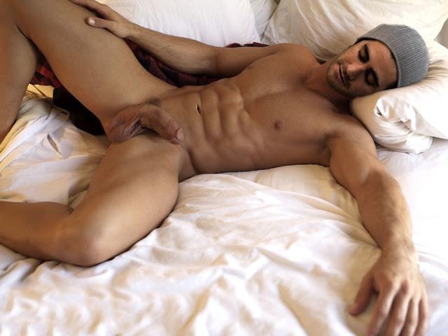 муж спит голым фото