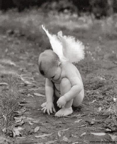 Joli bébé ange triste