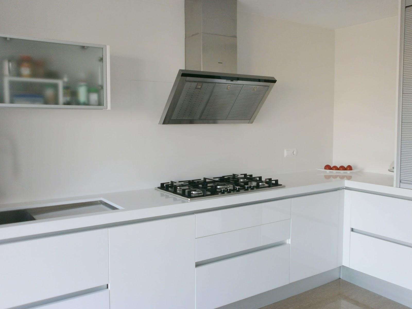 El blanco en la cocina una apuesta segura cocinas con - Cocina blanca encimera blanca ...