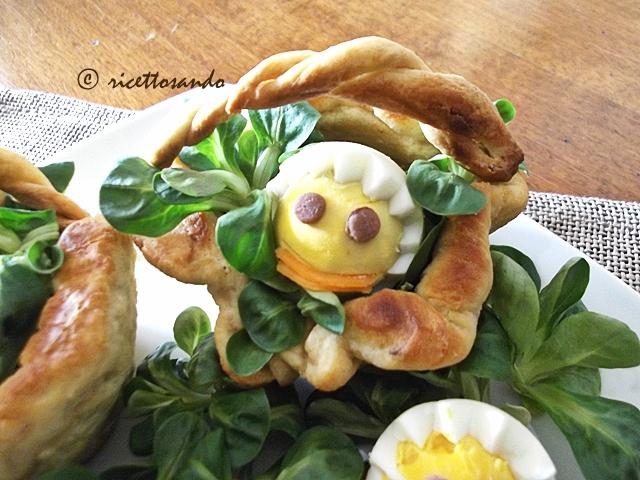 Uova sode decorate e nslata per la Pasqua