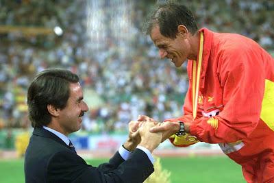 Abel Antón recibe una medalla de manos de Aznar