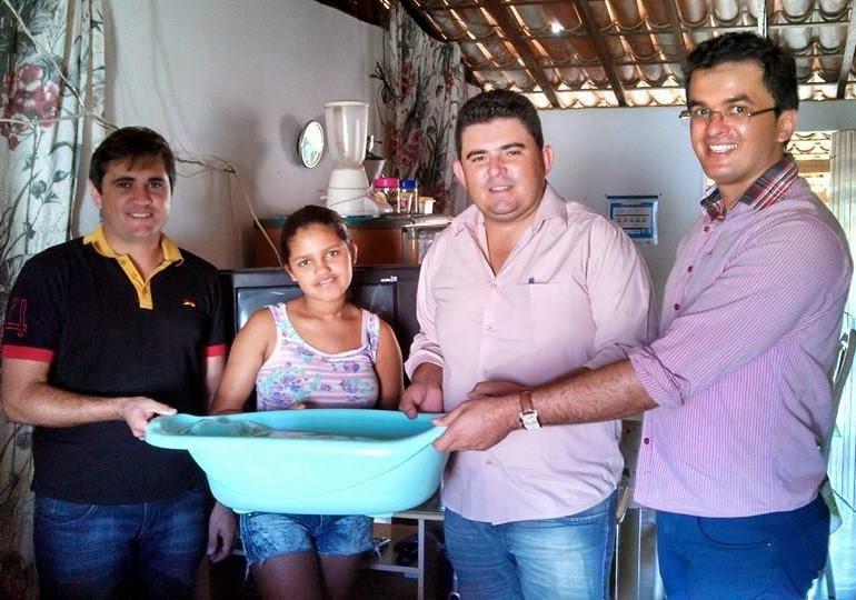 Prefeito Célio Barbosa faz entrega de kits bebês as gestantes