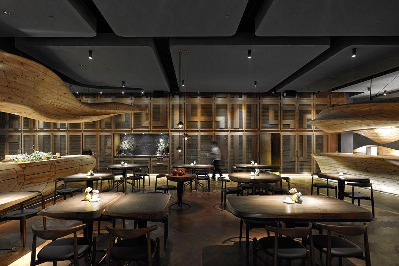 Restaurante dise ado con estructuras de madera esculpidas for Restaurante arquitectura