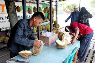 Nikmatnya Durian Montong Asal Palu