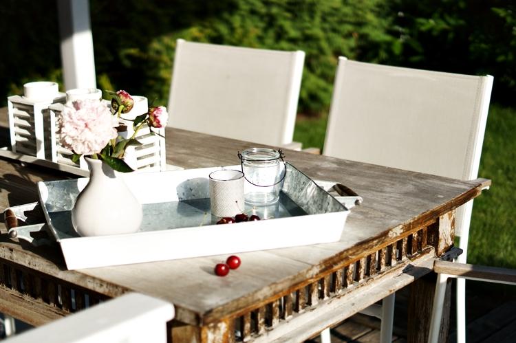 Tablett mit Blumen und Deko auf dem Gartentisch { by it's me! }